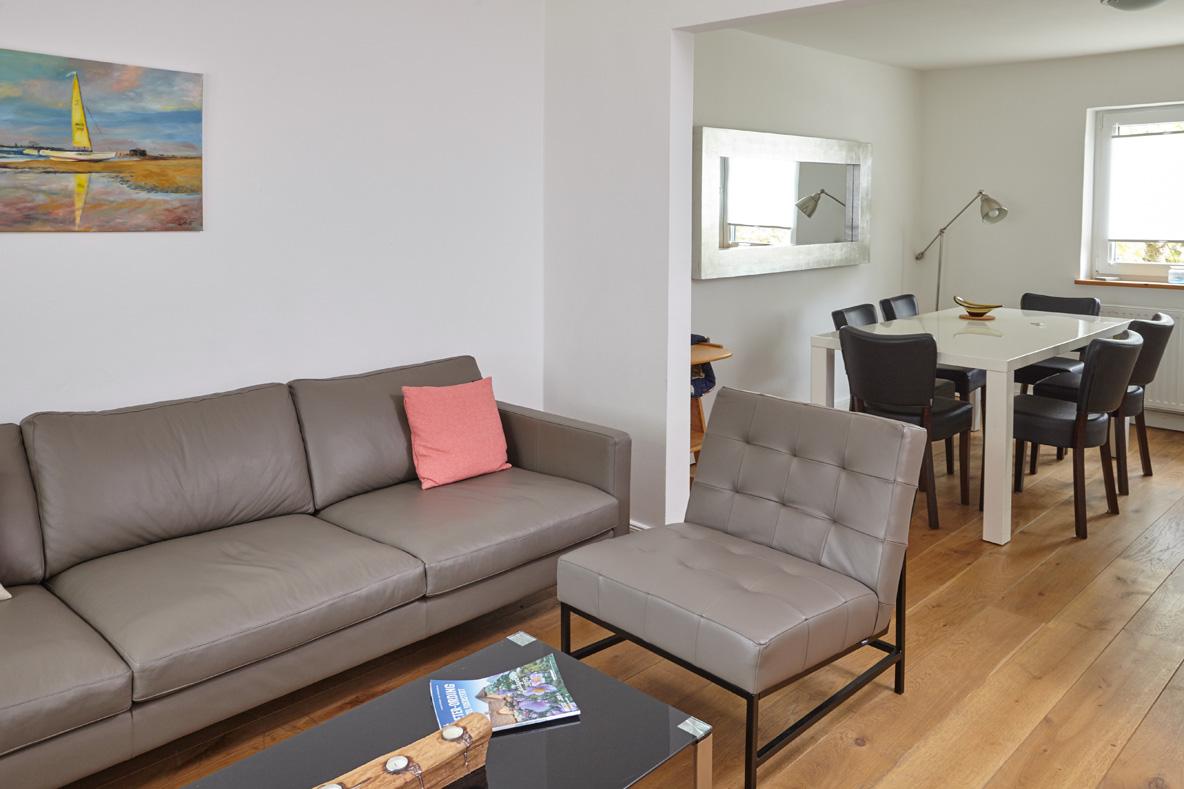 Wohnraum, Sofaecke und Blick ins Esszimmer